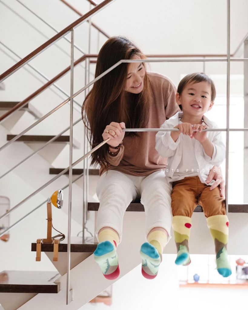 【 Miniware 育兒記事│ 質感襪設計師媽媽 Gillian 的育兒日常】  GillianSun LifeStyle Collage 品牌設計師 Gillian,從東京MODE學園造型設計畢業後,旅居東京7年,又輾轉移居上海,並創立自己的設計襪品牌,經歷了這麼豐富的人生,對她來說,當媽仍然是一場前所未有的新冒險。   和 Miniware 設計師夫妻一樣,有孩子了之後,生活不再只有工作和個人生活,會想和他一起活動、一起學習,甚至為他親手設計品質無虞的兒童用品,將美學和理念融入育兒生活,讓我們來一起看看設計師媽媽的育兒心事吧!
