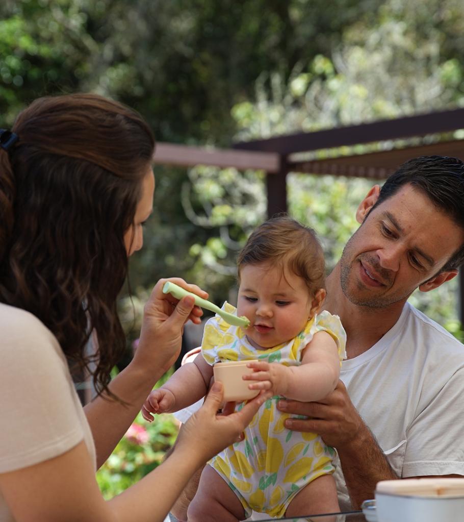 【Miniware 育兒學問大│ 給新手父母的寶寶副食品指南】  關於寶寶吃飯這件事,從0歲到4~6個月大可說是最容易餵養的時期,但當寶寶逐漸對流質食物失去興趣,並對爸媽或哥哥姊姊碗中的餐點表現得躍躍欲試時,在孩子的食物準備上可就要開始費心了。  寶寶在4~6個月大的時候即可開始嘗試固體食物  幾個掌握寶寶副食品要點 1.開始嘗試副食品請用柔軟的矽膠湯匙餵食 2.添加食材一次一種慢慢來 3.穀類→蔬菜→水果,循序漸進讓寶寶品嚐更多食材! 4.請將副食品安全妥當地存放在密封容器中以保新鮮。Miniware防漏矽膠盒的完美尺寸是盛裝寶寶泥的最佳選擇,並可從冰箱或冷凍庫取出後直接微波,方便極了!