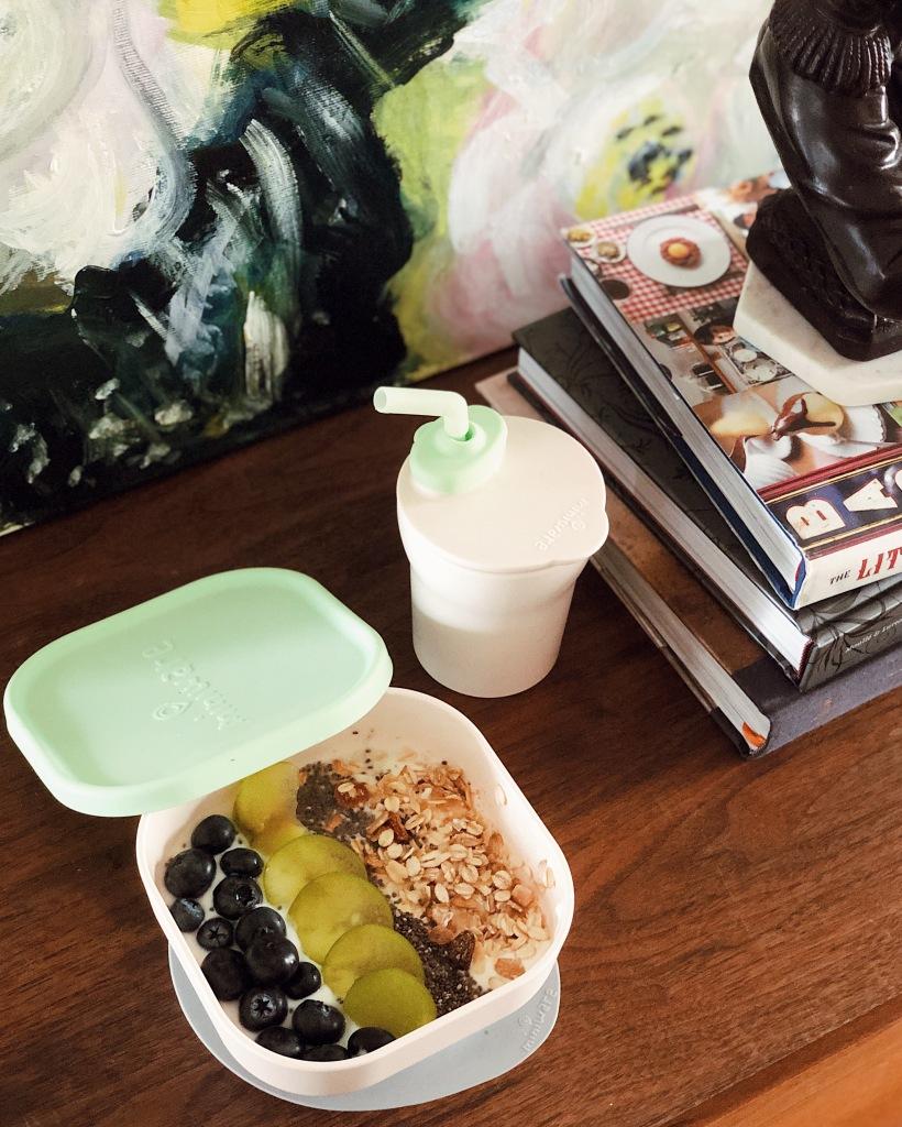 【 Miniware 育兒記事│ 畫家媽媽Kira的育兒日常】  用Miniware 點心時光組盛裝巴西莓果碗,也是Kira家中的美麗一角。讓Miniware不只是兒童學習餐具,也是具美感、能妝點家居美感的單品。