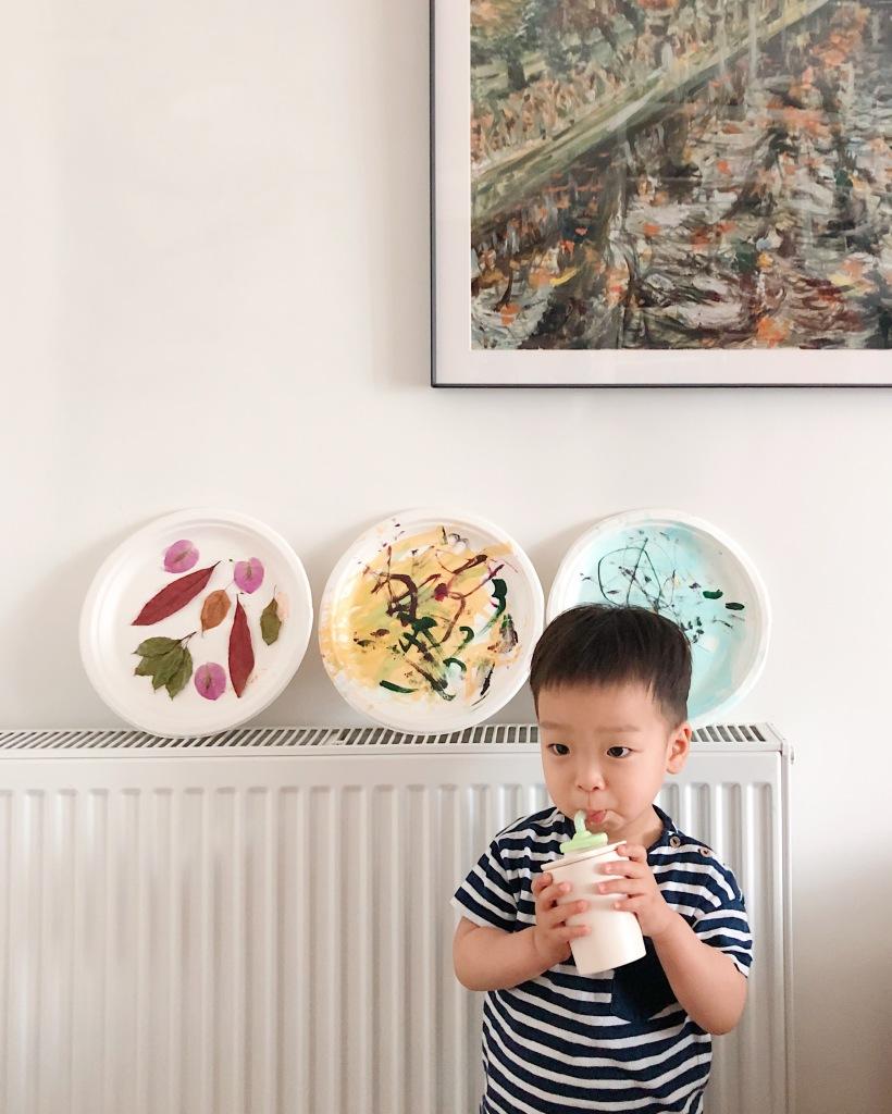 【 Miniware 育兒記事│ 畫家媽媽Kira的育兒日常】  最近開始自己在家自製酸奶,然後配上各種不同風味的水果,燕麥和堅果,盛在Miniware適合裝副食品的防漏矽膠盒裡,一人一個,孩子們都吃的不亦樂乎,看到他們吃得像聖誕老人一樣的臉真是哭笑不得。
