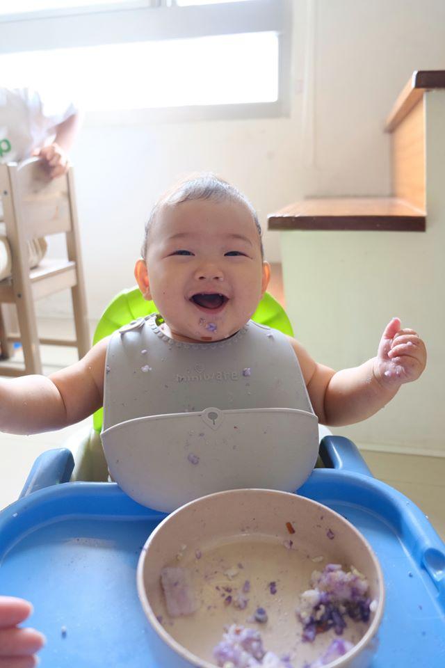 【 Miniware 育兒記事│ 副食品專家小龍媽的育兒日常】  大寶已經7歲的小龍媽,又迎接二寶小熊的來臨,重新拾起準備副食品的日常,這次還多了一個幫手!  點開小龍媽經營的Facebook粉絲 專頁「洪小龍」,你將看見每天顏色不一樣的寶寶粥,和永遠都有新變化的造型兒童餐點,還有充滿趣味的寶寶吃飯表情!同時育有7歲與8個月兒子的小龍媽,把對孩子滿滿的關愛融進菜色,每一天上菜,像是看著寶寶成長日記,療癒至極!